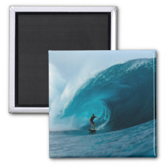 Imán que practica surf