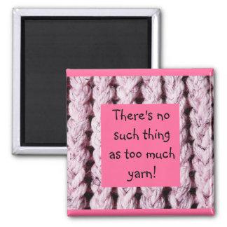 Imán rosado del refrigerador del tema que hace pun