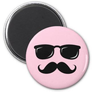 Imán rosado incógnito con el bigote y las gafas de
