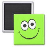 Imán sonriente de la cara del dibujo animado verde