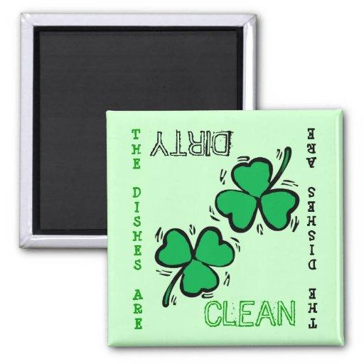 Imán sucio limpio del lavaplatos del día de St Pat
