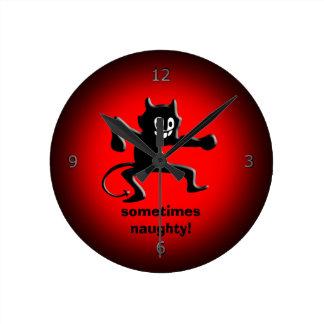 Imp de cuernos negro, cola acentuada, a veces reloj redondo mediano