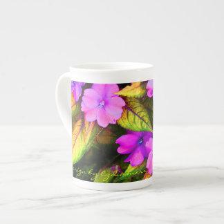 Impatiens rosado con las hojas abigarradas taza de porcelana