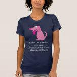 Impotente lindo sobre la camiseta de los perros