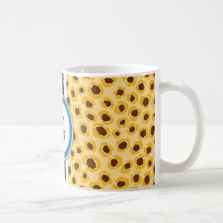 Impresión amarilla elegante del guepardo con el mo taza