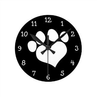 Impresión blanco y negro de la pata del corazón reloj de pared