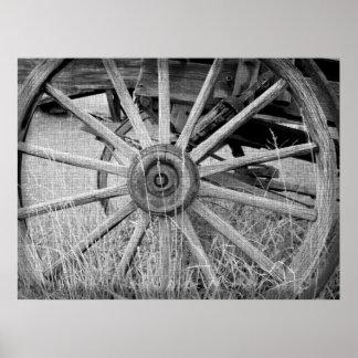 Impresión blanco y negro de la rueda de carro póster