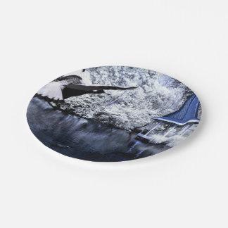 Impresión blanco y negro de patos, de un lago, y platos de papel