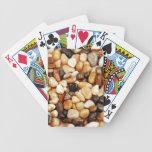Impresión brillante de los guijarros de la playa d barajas de cartas
