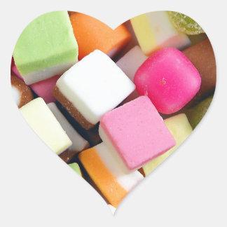 Impresión colorida de la mezcla del caramelo del pegatina en forma de corazón