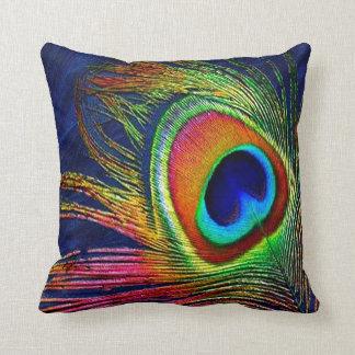 Impresión colorida de la pluma del pavo real cojín