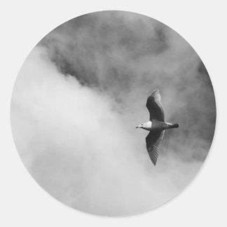 Impresión de la bella arte del vuelo de la gaviota pegatina redonda