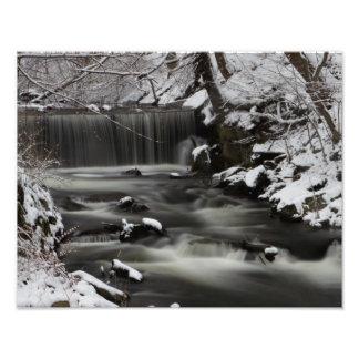 Impresión de la cascada del invierno fotografía