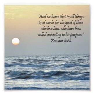 Impresión de la escritura del 8:28 de los romanos  fotografia