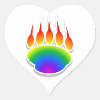 Impresión de la pata de oso del arco iris pegatina en forma de corazón