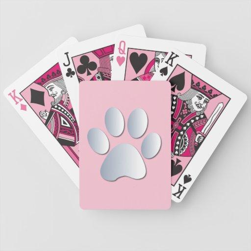 Impresión de la pata del perro en de plata y baraja de cartas