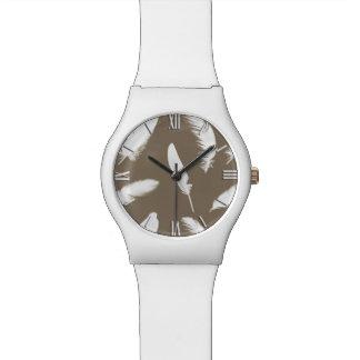 Impresión de la pluma blanca en de color topo relojes de pulsera