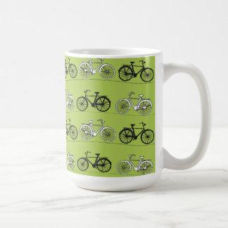 Impresión del modelo de las bicicletas del verde d taza básica blanca