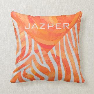 Impresión del naranja de la cebra y blanca almohada
