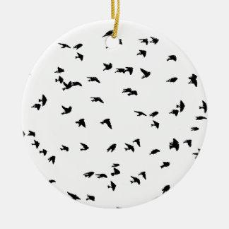 Impresión del pájaro de los tragos en vuelo adorno navideño redondo de cerámica