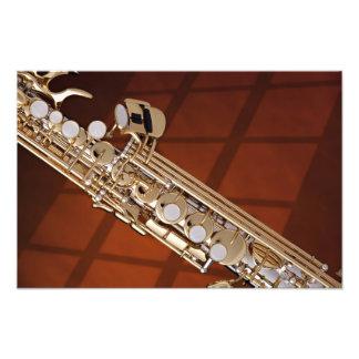 Impresión del saxofón del soprano contra el oro impresiones fotográficas