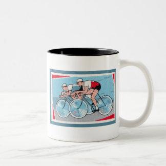Impresión del vintage de dos ciclistas taza de café