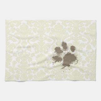 Impresión divertida de la pata en el modelo de mar toalla