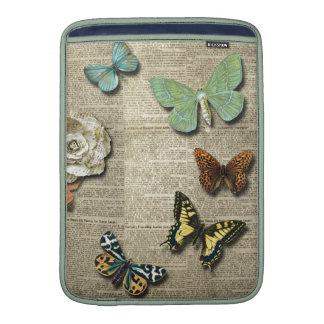 Impresión floral del periódico de la mariposa funda para macbook air