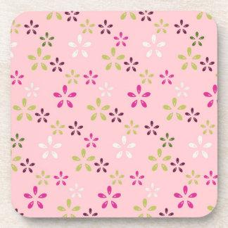 Impresión floral del rosa en colores pastel y de l posavasos de bebidas