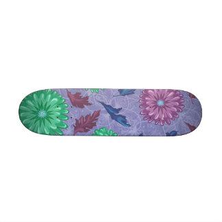 Impresión floral púrpura y verde tabla de skate