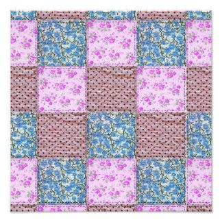 Impresión floral rosada y azul femenina del edredó fotografía