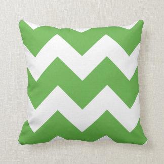 Impresión grande verde y blanca de Chevron Cojín Decorativo