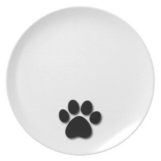 Impresión juguetona de la pata del perro para el plato de cena