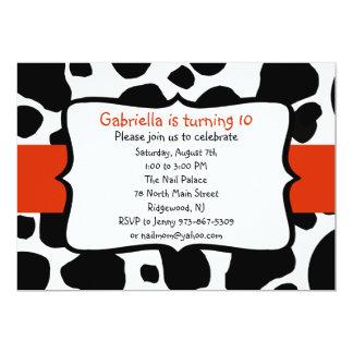 Impresión negra de la vaca y invitación roja
