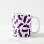 Impresión púrpura de los zapatos del tacón alto de tazas de café