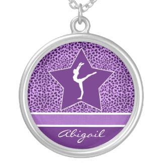 Impresión púrpura del guepardo de la gimnasia con collar plateado
