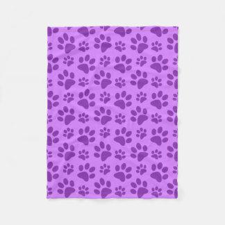 Impresión púrpura en colores pastel de la pata del manta de forro polar