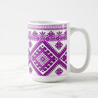 Impresión púrpura ucraniana clásica de la taza