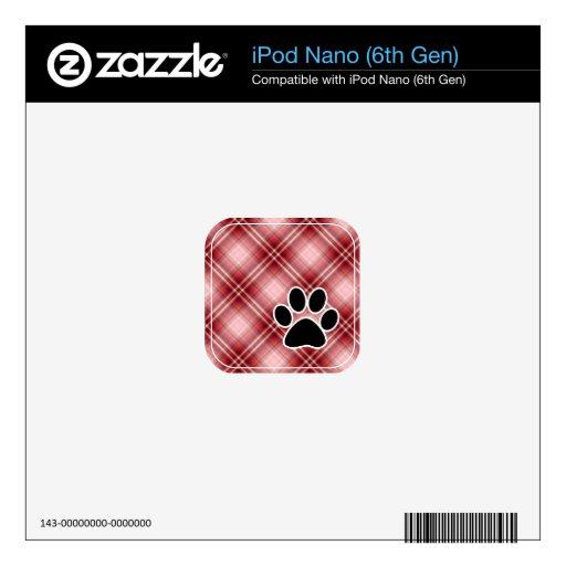 Impresión roja de la pata de la tela escocesa iPod nano calcomanías