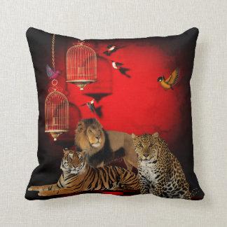 Impresión roja de los pájaros del león del leopard almohada