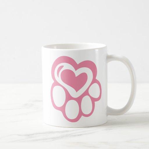 Impresión rosada de la pata con amor taza