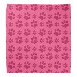 Impresión rosada de la pata del perro bandana