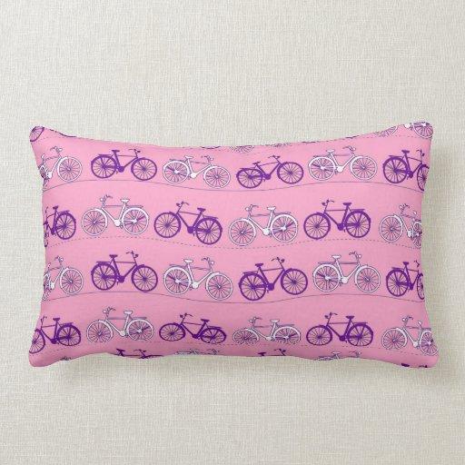 Impresión rosada y púrpura bonita de las bicis de  almohada
