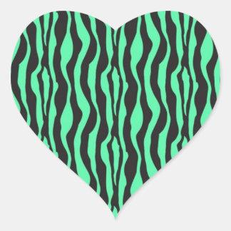 Impresión verde de la raya de la cebra pegatina en forma de corazón