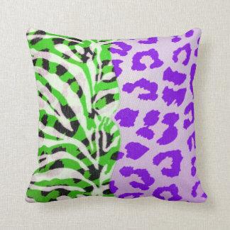 Impresión verde y púrpura de neón del safari cojín