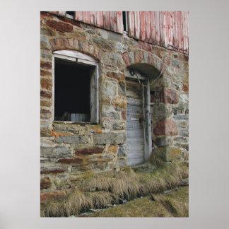 Impresión vieja del granero de la pared de piedra posters