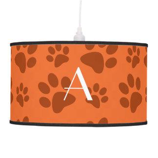 Impresiones anaranjadas de la pata del perro del m