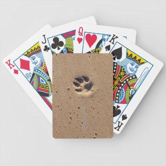 Impresiones animales de la pata en arena baraja cartas de poker