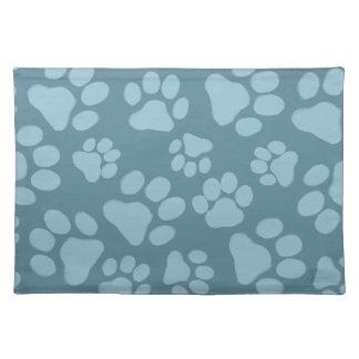 Impresiones de la pata del perro en azul mantel