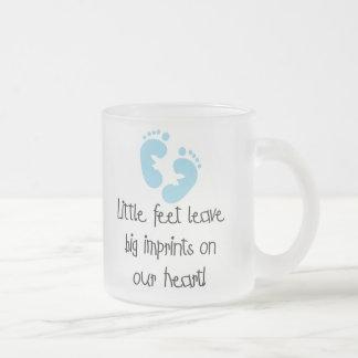 Impresiones grandes pies azules de las huellas de  taza de café